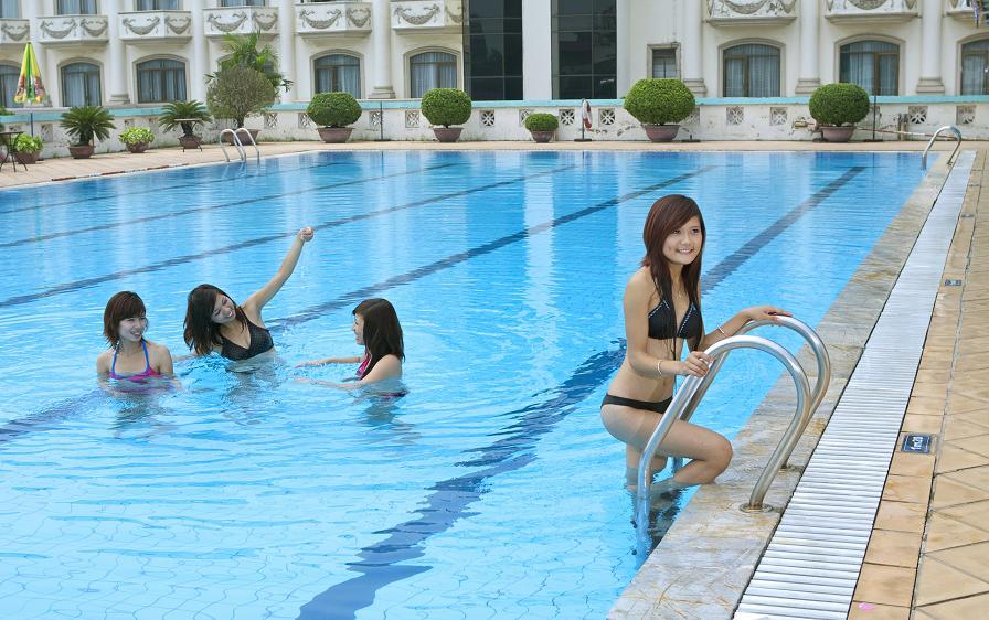 sử dụng mũ bơi trong bể bơi